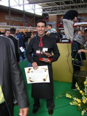 20071030124341-copia-de-abe1-francisco-luis-con-el-trofeo-como-mejor-cortador-en-vvillanueva-de-cordoba-2.007.jpg