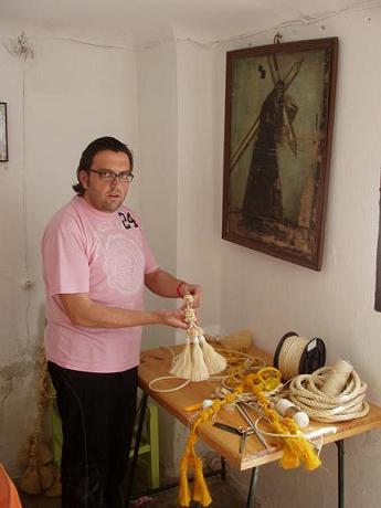 20110413163511-copia-de-tradicion-de-los-cordones-del-nazareno-semana-santa.jpg