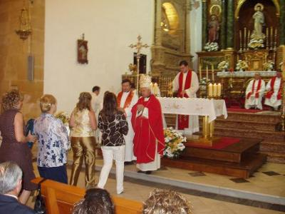 20070704115745-confirmacion-de-loperanos-por-el-obispo.jpg
