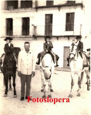 20160805103820-juan-huertas-junto-a-los-hermanos-ortega-carmona-y-juan-cerezo.-san-isidro-1966-copia.jpg